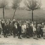 Schulhaus mit Klasse 1932 und Lehrer Schön, zur Verfügung gestellt von Ewald Glückert